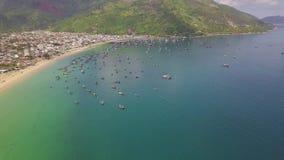 鸟瞰图站立在停车场的帆船在蓝色海 美好的在海港口和绿色的风景渔船 影视素材