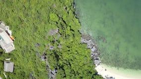 鸟瞰图绿色岩质岛和镇海岸的在海湾中 股票录像
