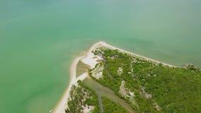 鸟瞰图绿色海岛和海 从飞行寄生虫的美丽的景色在热带海岛和含沙海岸 风景 股票视频
