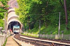 鸟瞰图缆索铁路在一个晴朗的春日在Kyiv 它连接历史的Uppertown和Podil更低的邻里  春天su 图库摄影