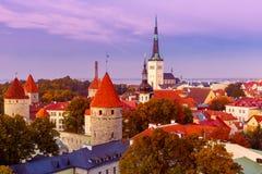 鸟瞰图老镇在微明下,塔林,爱沙尼亚 免版税库存照片