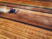鸟瞰图联合收割机农业机器收割 库存图片