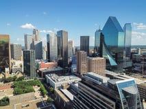 鸟瞰图街市达拉斯摩天大楼在云彩蓝天下 免版税库存图片