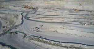 鸟瞰图装载了沿轨道的卡车驱动通过采矿场所 股票视频