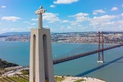 鸟瞰图观看对里斯本市的耶稣基督纪念碑在Por 免版税图库摄影