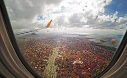 鸟瞰图通过航空器舷窗,飞行在伊斯坦布尔市 图库摄影