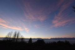 鸟瞰图都灵(意大利)与阿尔卑斯montains的日落的 免版税库存照片