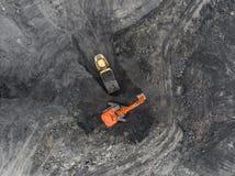 鸟瞰图露天开采矿矿,装载岩石,开采的煤炭,农业 免版税图库摄影