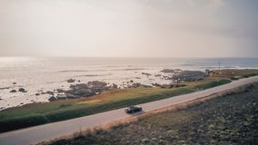 鸟瞰图驾驶在Ford Mustang敞篷车 免版税库存照片