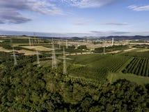 鸟瞰图高压金属岗位高压塔顶视图绿色风景树plaantage果子产物 库存图片