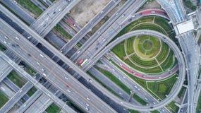 鸟瞰图高速公路公路网连接或交叉点的进出口或运输概念 免版税库存照片