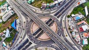 鸟瞰图高速公路机动车路高速公路马戏交叉点 免版税库存图片