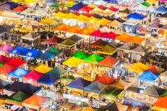 鸟瞰图,多个五颜六色的屋顶夜市场 库存照片