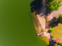 鸟瞰图,由河岸下沉凹下去的一艘老被破坏的驳船 免版税图库摄影