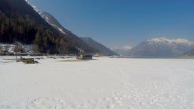 鸟瞰图,离开用雪盖的国家公园疆土摄制与寄生虫 股票录像