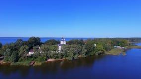 鸟瞰图,飞行上面在海岛上的修道院谢利格尔湖的,俄罗斯 影视素材