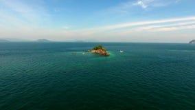 鸟瞰图,直升机在岩石附近飞行在印度洋,在普吉岛附近,泰国 股票录像