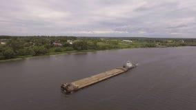 鸟瞰图:在河的驳船 免版税库存照片
