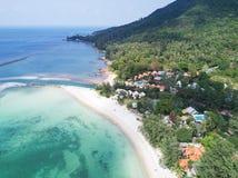 鸟瞰图:在酸值Phangan海岛,泰国的马利布海滩 库存照片