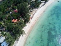 鸟瞰图:在酸值Phangan海岛,泰国的马利布海滩 图库摄影