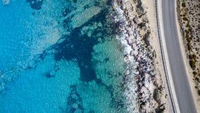 鸟瞰图:海滩寄生虫录影在罗得岛Mandriko, Rodos海岛 免版税图库摄影