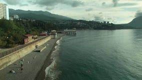 鸟瞰图:海,海滩,海,费奥多西亚,克里米亚度假胜地  ?? 从鸟瞰图游人放松和游泳的海滩 影视素材