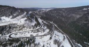 鸟瞰图:自然风景 旅行雪在冬天 路通过通行证 股票视频