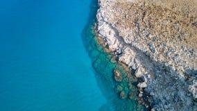 鸟瞰图:贝壳杉和城堡Feraklos, Rodos海岛,爱琴海,希腊偶象海滩寄生虫录影  免版税图库摄影