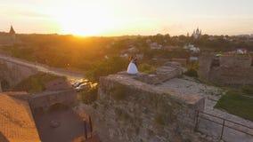 鸟瞰图:走在古色古香的大城堡4k的美好的夫妇 股票录像