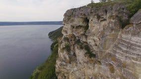鸟瞰图 使用在岩石的手风琴师 在海运日落 股票录像