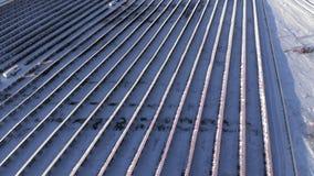 鸟瞰图-在山的太阳电池板 西伯利亚 二者择一地 俄罗斯2017冬天 股票录像