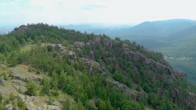 鸟瞰图 在的飞行greenrocky小山 巴什科尔托斯坦共和国, Bannoe,俄罗斯 股票视频