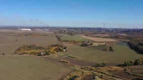 鸟瞰图 在秋天领域中间的农场 股票录像