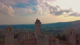鸟瞰图 在美好的塔中世纪镇,圣吉米尼亚诺,托斯卡纳,意大利的飞行 影视素材