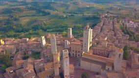 鸟瞰图 在美好的塔中世纪镇,圣吉米尼亚诺,托斯卡纳,意大利的飞行 股票视频