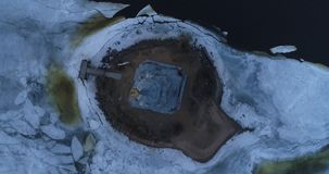 鸟瞰图 在钟楼的飞行在一个小海岛上 股票录像