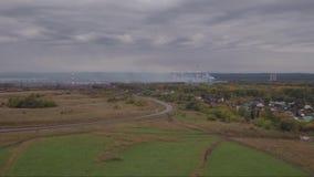 鸟瞰图 在领域的飞行在乡下附近 秋天横向 股票录像
