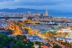 鸟瞰图巴塞罗那在晚上,卡塔龙尼亚,西班牙 免版税库存图片