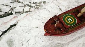 鸟瞰图 大船风帆通过海冰在冬天,特写镜头 股票录像