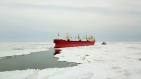 鸟瞰图 大船风帆通过海冰在冬天,特写镜头 股票视频