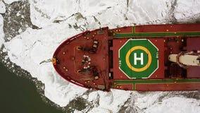 鸟瞰图 大船风帆通过海冰在冬天,特写镜头 影视素材