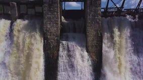 鸟瞰图 射击瀑布和一个老水坝 夏天横向 照相机从从右到左移动 股票录像