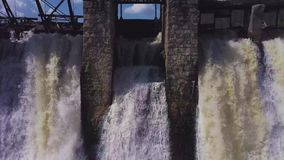 鸟瞰图 射击瀑布和一个老水坝 夏天横向 照相机从左到右移动 股票视频