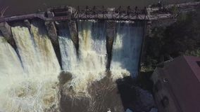 鸟瞰图 射击瀑布和一个老水坝 夏天横向 照相机从水坝和显露退回 股票视频
