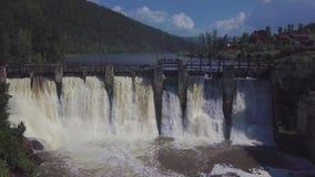 鸟瞰图 射击瀑布和一个老水坝 夏天横向 照相机从水坝和显露退回 影视素材