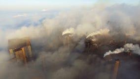 鸟瞰图 投掷在天空的管子烟 从工厂设备的大气污染 背景的大植物  股票录像