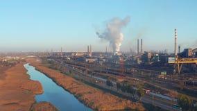 鸟瞰图 河长满与在一套工厂设备附近的芦苇 股票录像