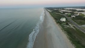 鸟瞰图/相互沿海,海滨别墅、沙丘线、海滩和海洋;Topsail海岛NC 影视素材