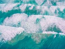 鸟瞰图-看下来大海浪 库存照片