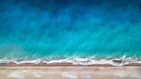 鸟瞰图 顶视图 惊人的自然背景 水的颜色和美妙地明亮 与落矶山脉的天蓝色的海滩和 库存图片